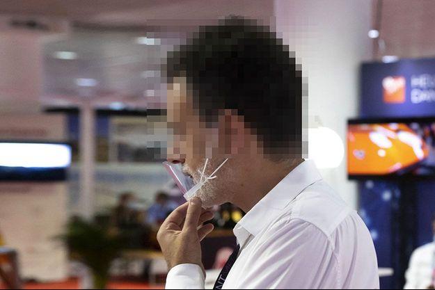 """Une personne portant une """"visière menton"""", début septembre."""