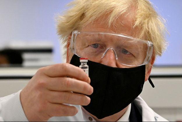 Boris Johnson et une dose du vaccin d'AstraZeneca.