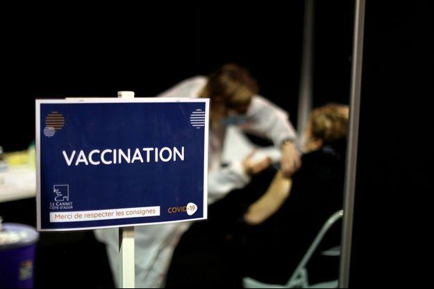 Un centre de vaccination au vaccin Moderna, à Le Cannet.