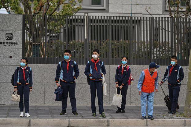27 avril 2020, Shanghaï. Les élèves reprennent le chemin de l'école.