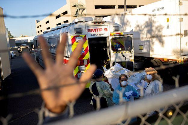 Evacuation des corps des personnes décédées du nouveau coronavirus à El Paso, au Texas, en novembre 2020.