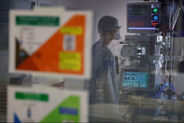 Un médecin aux soins intensifs où sont traités des malades du coronavirus, à Beuvry (Pas-de-Calais), le 16 octobre.