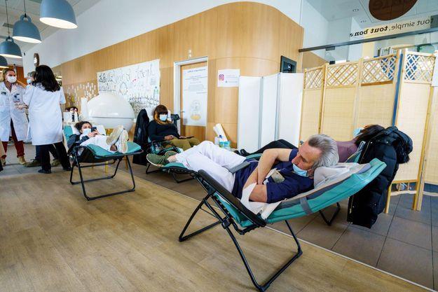 Christian, brancardier, allongé sur un coussin massant. Derrière le paravent, rendez-vous avec une sophrologue, une psychologue… Dans l'espace « bulle » de l'hôpital Saint-Joseph.