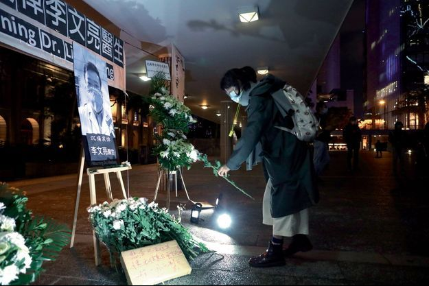A Hong Kong, le 7 février, des passants rendent hommage au médecin lanceur d'alerte, Li Wenliang, décédé la veille.