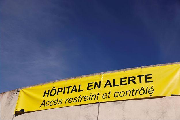Une bannière à l'hôpital de Dunkerque, mercredi. La ville est très durement touchée par la Covid-19 ces dernières semaines.
