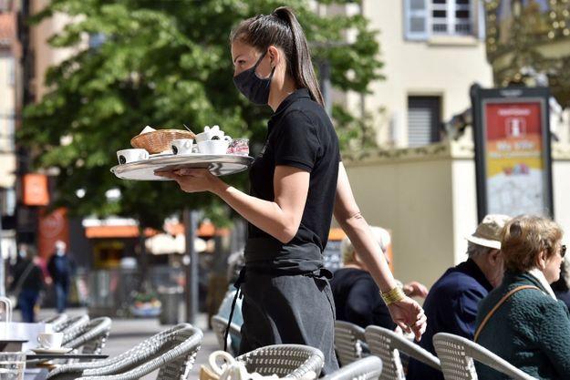 Serveuse masquée, sur une terrasse de Perpignan, en mai 2021.