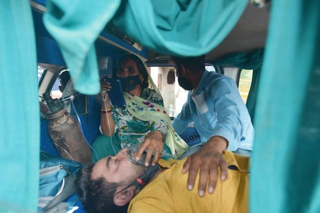 Le 20 avril, un patient attend devant l'hôpital gouvernemental Lok Nayak, à New Delhi. « Pour entrer, il faut que quelqu'un meure ou soit tiré d'affaire », explique un ambulancier.