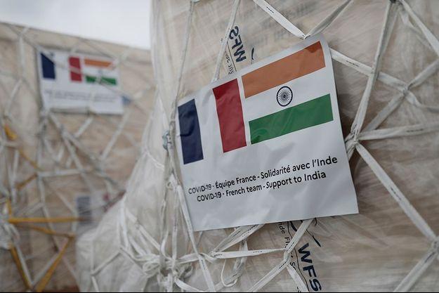 La France a envoyé du matériel médical à l'Inde. Photo prise à l'aéroport de Roissy.