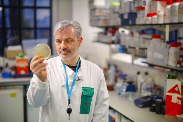 Le docteur Paul McKay travaille sur un vaccin contre le nouveau coronavirus.