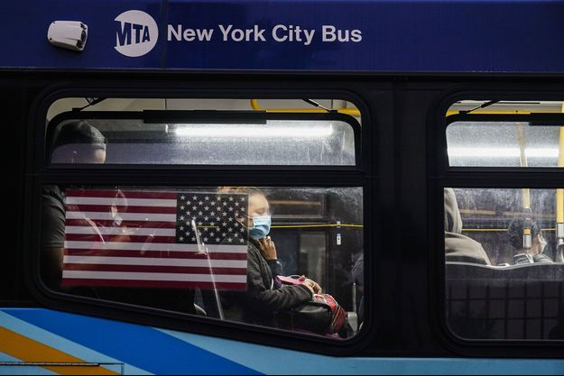 Une Newyorkaise masquée dans un bus de la ville.