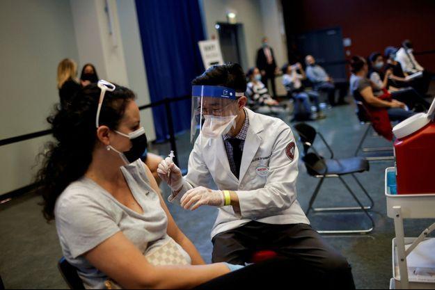 Une dose du vaccin Johnson & Johnson administrée à une femme à Chicago, le 6 avril dernier.
