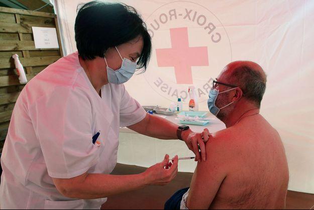 Un homme reçoit une injection le 8 avril 2021 à Saint-Jean-de-Luz