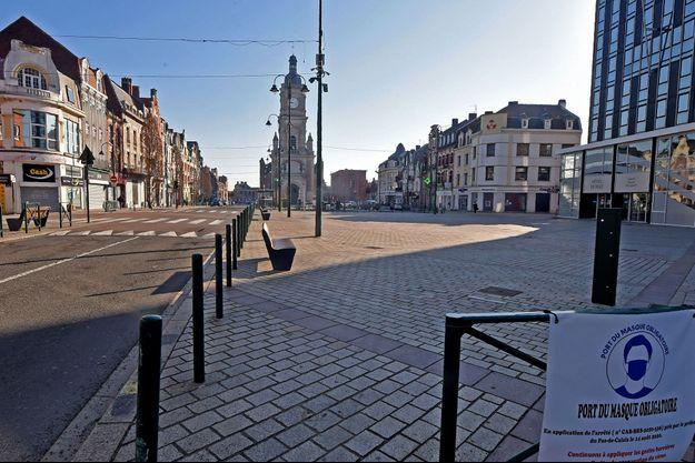 Le centre-ville de Lens, dans le Pas-de-Calais, désert ce samedi.