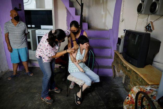 Une femme se fait vacciner à Caracas, au Venezuela, le 18 septembre 2021.