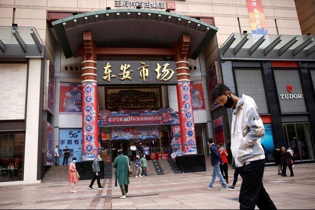 Des passants à Pékin le 24 septembre 2020