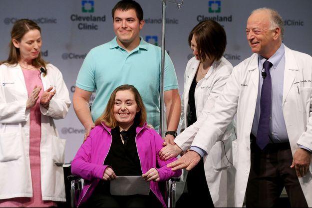 Lindsey, qui avait reçu la greffe d'utérus, et son mari Blake étaient apparus devant la presse lundi dernier.