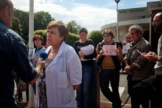 Juin 2014, Garches. Le Dr Nicole Delépine répond aux questions des journalistes, alors que son service d'oncologie pédiatrique est menacé de fermeture et que des parents ont entamé une grève de la faim.