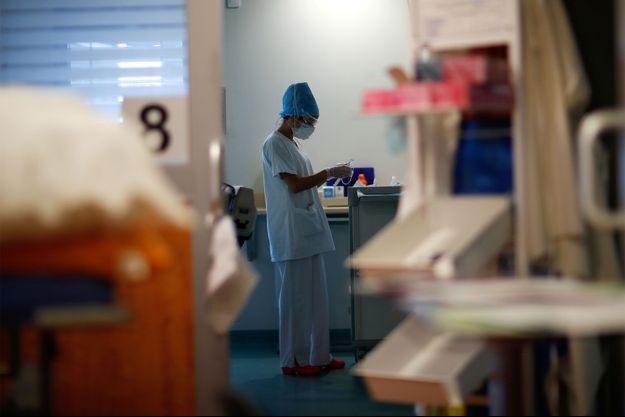 Une soignante de l'hôpital Robert Ballanger, en Seine-Saint-Denis.