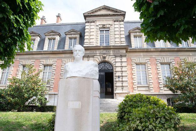 Le buste de Louis Pasteur devant l'Institut qui porte son nom dans le XVe arrondissement à Paris.