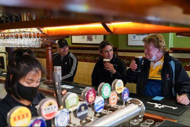 Un bar rouvre enfin à Sydney après la levée d'un confinement long de quatre mois.
