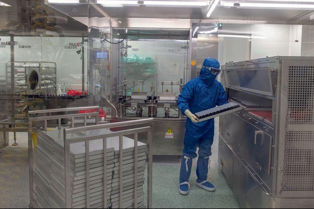 Dans l'usine Valdepharm du groupe pharmaceutique Fareva, on s'entraîne aux techniques d'embouteillage du vaccin CureVac. A Val-de-Reuil, près de Rouen, le 26 février.