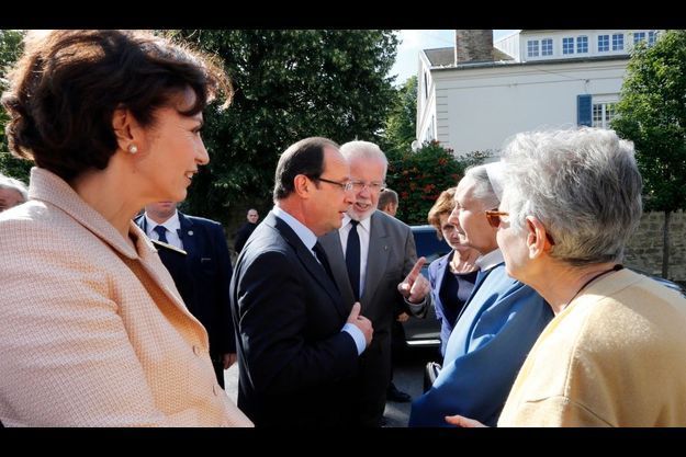 François Hollande et Marisol Touraine lors de la visite à la maison médicalisée Notre Dame du Lac à Rueil-Malmaison.