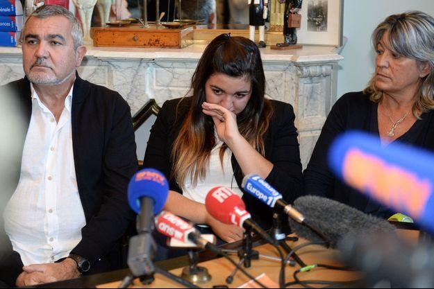 Marie-Océane et ses parents à Bordeaux, ce lundi, lors de la conférence de presse.