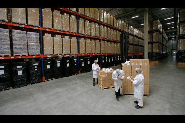 Moins de dix personnes ont accès à et impressionnant espace de 10 000 mètres carrés où sont gardés des millions de masques de protection, ainsi que des boîtes de Tamiflu.