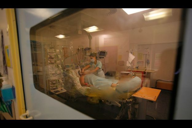 Plongée dans un coma artificiel, une des patientes du Pr Régnier. Pas de mesure d'isolement particulière, puisqu'elle respire en circuit fermé.