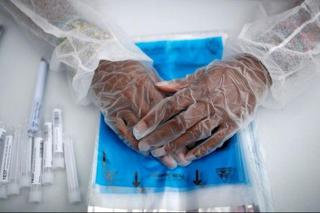 Un soignant sur un site de tests du coronavirus, à Paris.