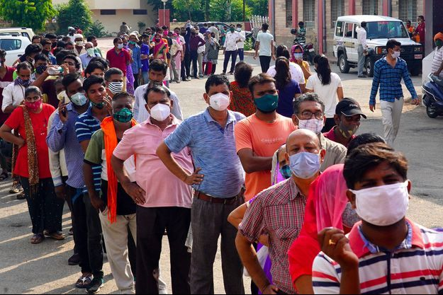File d'attente pour recevoir une dose de vaccin contre le Covid-19 à Ajmer, dans le Rajasthan, en Inde.