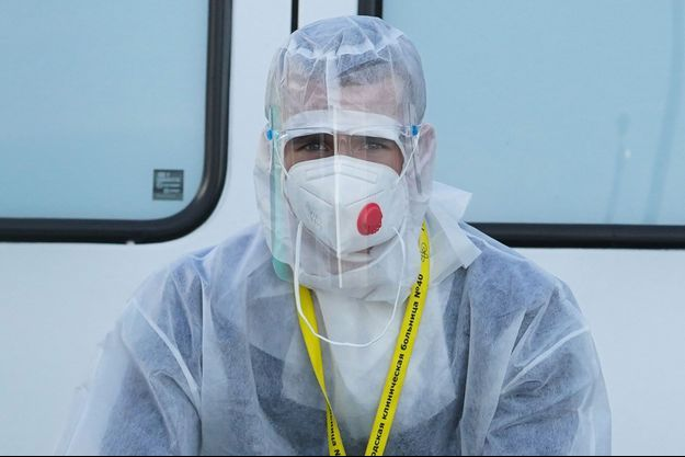 Un soignant portant un équipement complet à Moscou.