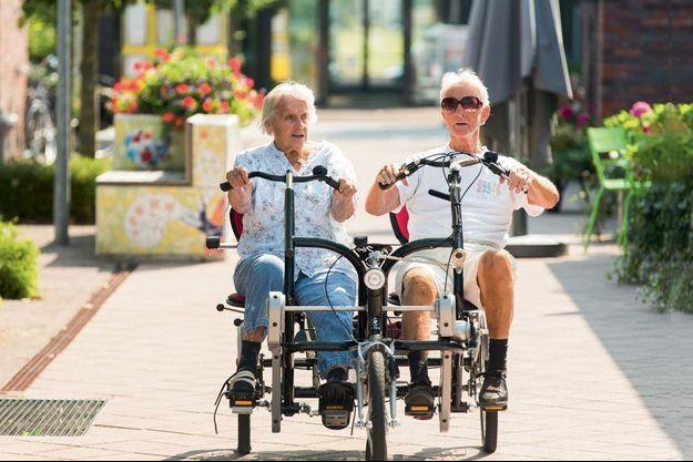 Autonomes, plutôt bien portants, les résidents se promènent seuls ou accompagnés dans le village, à pied, à vélo... ou en tandem !
