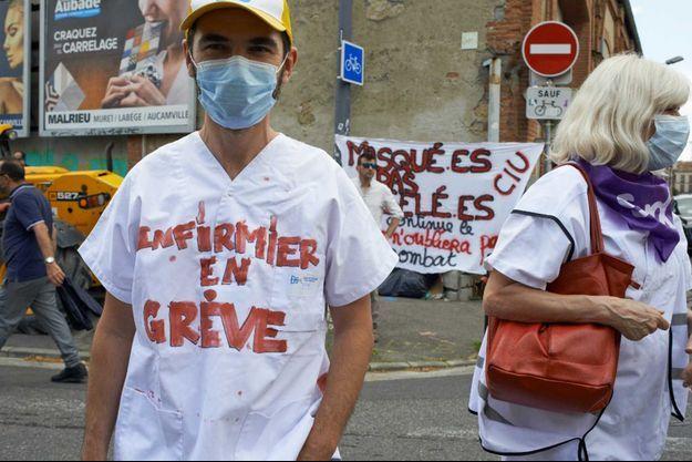 Un infirmier en grève, le 2 juin à Toulouse.
