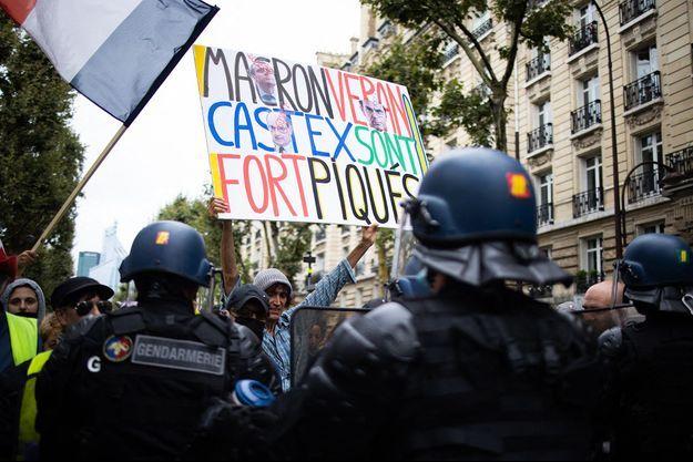 Des manifestants à Paris le 7 août 2021