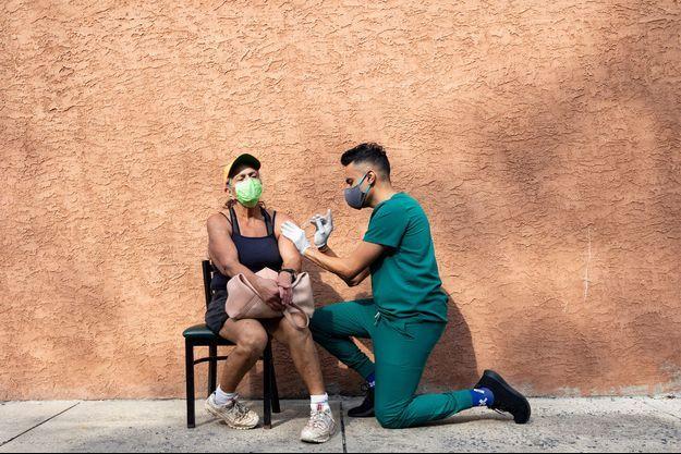 Une femme se fait injecter un booster du vaccin Pfizer, aux Etats-Unis.