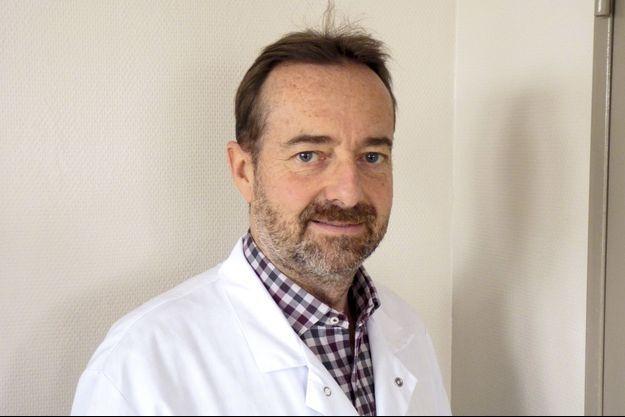 Le Pr Charles Court, chirurgien orthopédiste, spécialiste du rachis à l'hôpital Bicêtre.