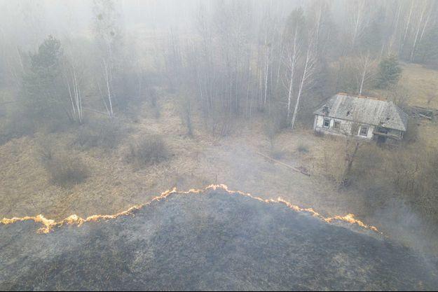 Le feu de forêt se poursuit dans la zone d'exclusion autour de la centrale de Tchernobyl, en Ukraine.