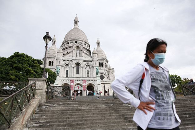Une femme masquée dans le quartier du Sacré-Coeur à Paris