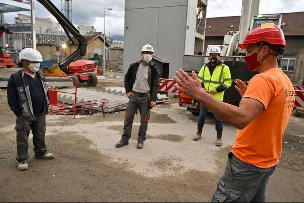 Sur le chantier d'un parking à Chambéry, en Savoie, présentation des mesures de sécurité face au Covid-19, le 28 avril.