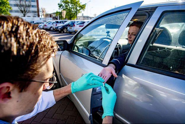 A Oss, dans le Brabant-Septentrional, aux Pays-Bas, réalisation d'un test sérologique, le 15 avril.