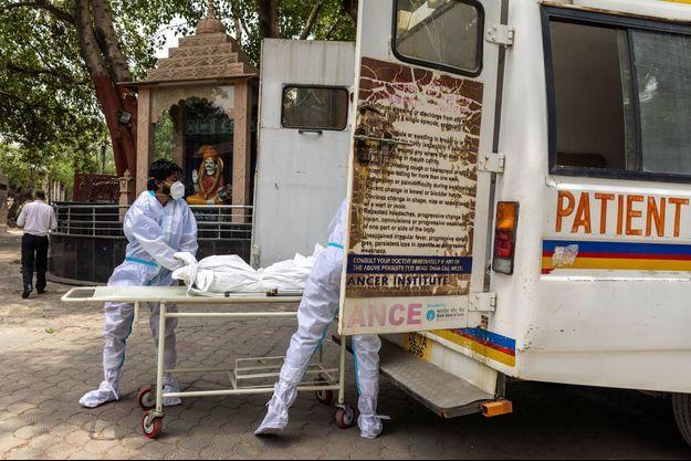 Evacuation d'une personne décédée du Covid-19 à New Delhi, en Inde, le 10 juin 2021.