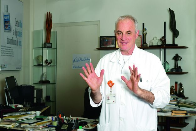 Le professeur Pittet, chef du service de prévention et de contrôle de l'infection des Hôpitaux universitaires de Genève (HUG), le 20 mai. Dans son bureau, des sculptures de mains