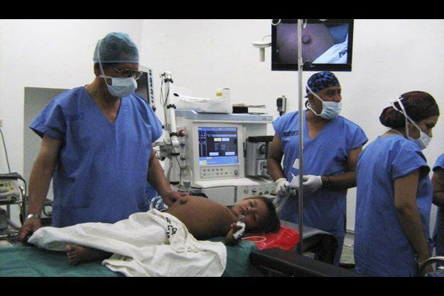 Isbac, qui portait son jumeau dans le ventre, a été opéré avec succès.