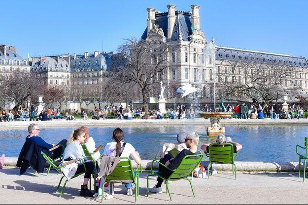 Des Parisiens au jardin des Tuileries le 24 février 2021