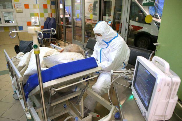 Un patient souffrant du covid-19 dans un hôpital de Saint-Pétersbourg, en Russie.