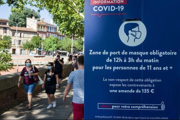 Un panneau annonçant le début d'une zone du port obligatoire du coronavirus, à Toulouse.