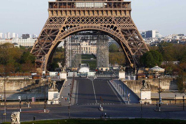 Une vue de la Tour Eiffel dans un Paris confiné.