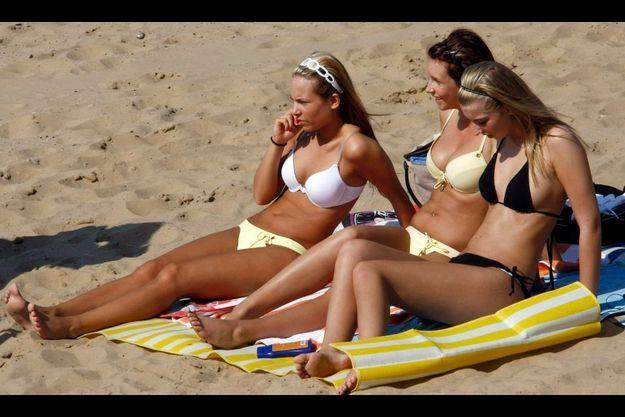 Pire que le bronzage naturel : les UV artificiels.