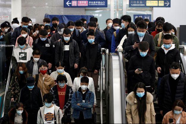 L'heure de pointe dans le métro de Pékin, en Chine.